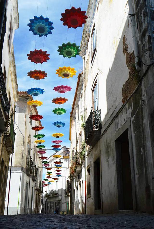 Thú vị con đường với những chiếc ô rực rỡ tại Bồ Đào Nha - Ảnh 11.