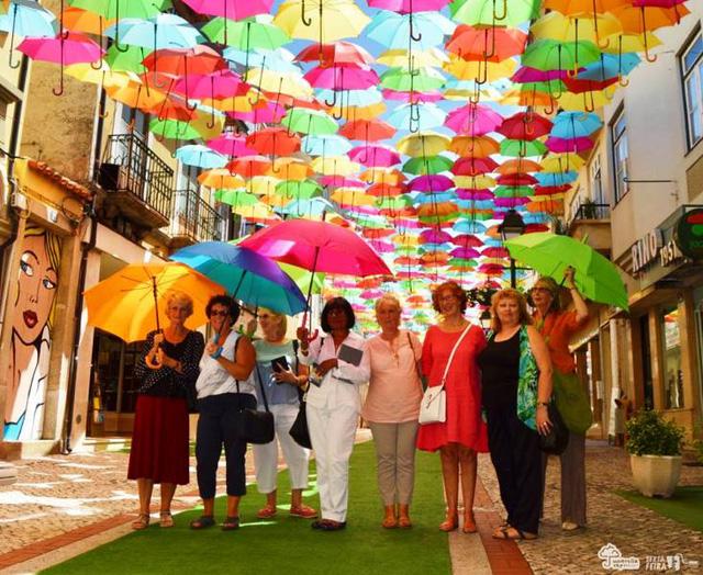 Thú vị con đường với những chiếc ô rực rỡ tại Bồ Đào Nha - Ảnh 5.