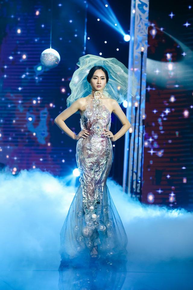 Sài Gòn đêm thứ 7: Đồng Lan vắt vẻo trên trăng, hòa mình cùng thời trang Quỳnh Paris - Ảnh 10.