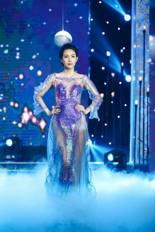 Sài Gòn đêm thứ 7: Đồng Lan vắt vẻo trên trăng, hòa mình cùng thời trang Quỳnh Paris - Ảnh 9.