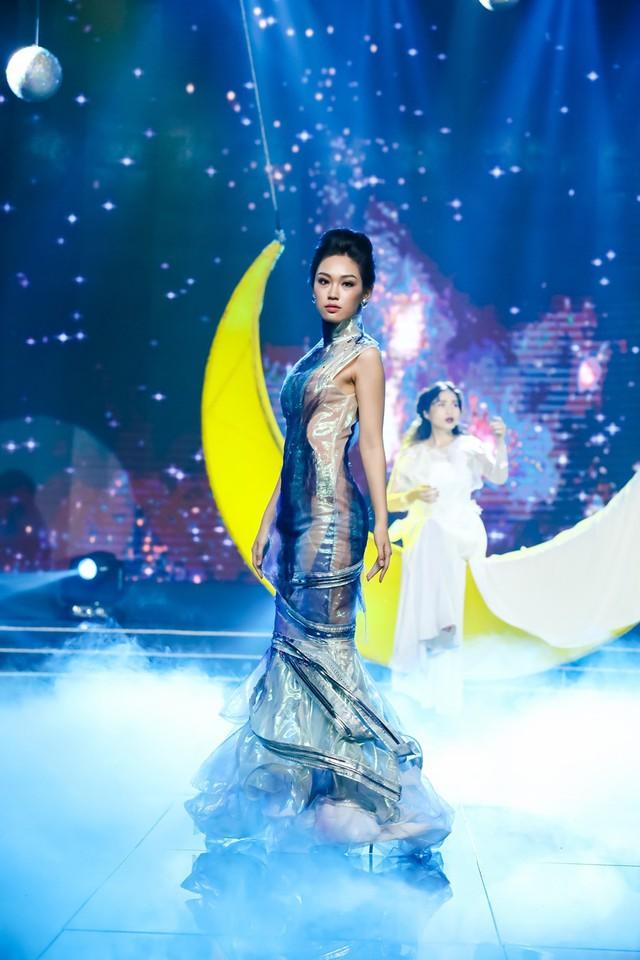 Sài Gòn đêm thứ 7: Đồng Lan vắt vẻo trên trăng, hòa mình cùng thời trang Quỳnh Paris - Ảnh 7.