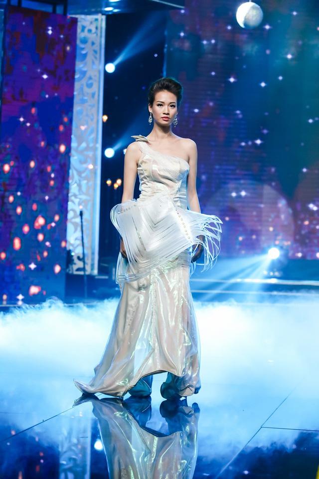 Sài Gòn đêm thứ 7: Đồng Lan vắt vẻo trên trăng, hòa mình cùng thời trang Quỳnh Paris - Ảnh 6.