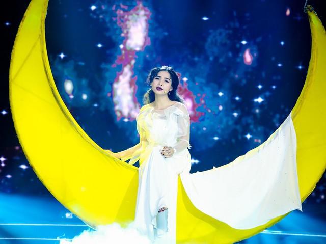 Sài Gòn đêm thứ 7: Đồng Lan vắt vẻo trên trăng, hòa mình cùng thời trang Quỳnh Paris - Ảnh 1.