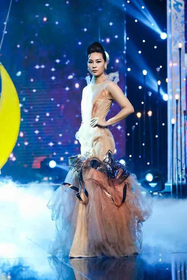 Sài Gòn đêm thứ 7: Đồng Lan vắt vẻo trên trăng, hòa mình cùng thời trang Quỳnh Paris - Ảnh 5.
