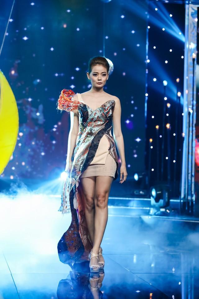 Sài Gòn đêm thứ 7: Đồng Lan vắt vẻo trên trăng, hòa mình cùng thời trang Quỳnh Paris - Ảnh 4.
