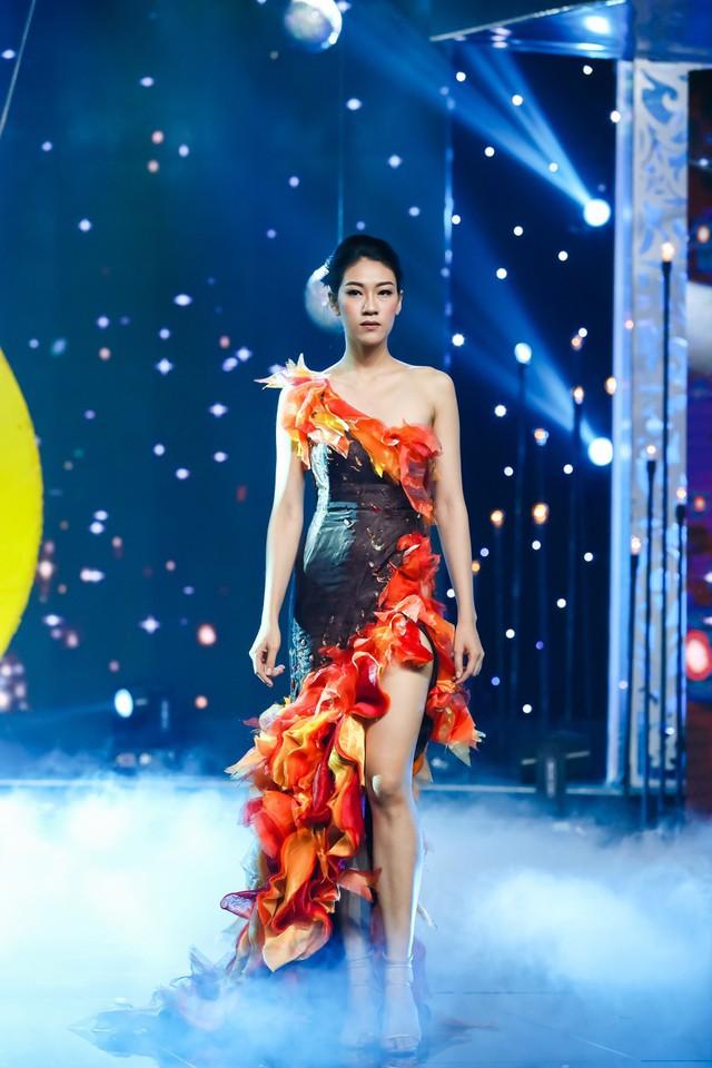 Sài Gòn đêm thứ 7: Đồng Lan vắt vẻo trên trăng, hòa mình cùng thời trang Quỳnh Paris - Ảnh 3.