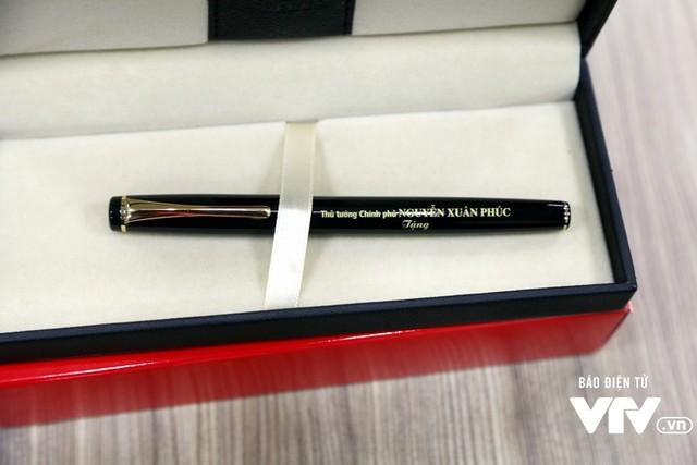 Thủ tướng Nguyễn Xuân Phúc tặng bút cho nhà hảo tâm ủng hộ chương trình Trái tim cho em - Ảnh 2.