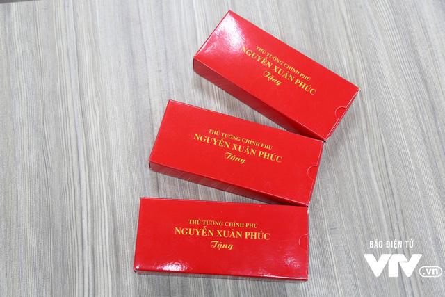 Thủ tướng Nguyễn Xuân Phúc tặng bút cho nhà hảo tâm ủng hộ chương trình Trái tim cho em - Ảnh 1.