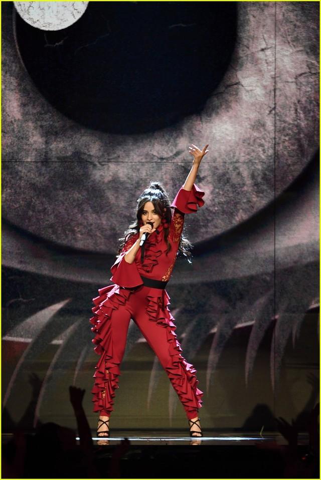 Camila Cabello đốt cháy sân khấu MTV EMAs 2017 với Havana - Ảnh 2.