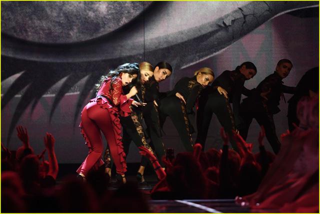 Camila Cabello đốt cháy sân khấu MTV EMAs 2017 với Havana - Ảnh 5.