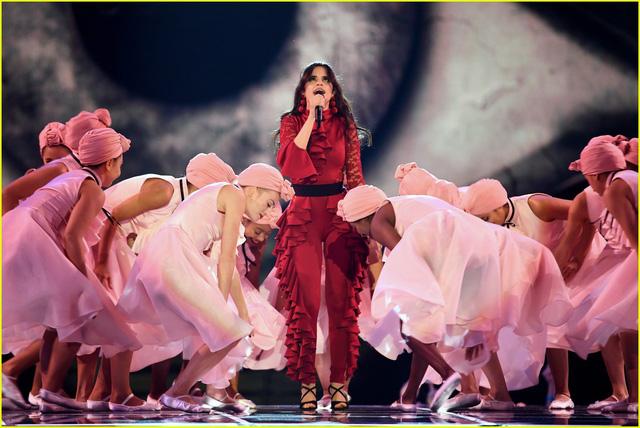 Camila Cabello đốt cháy sân khấu MTV EMAs 2017 với Havana - Ảnh 7.