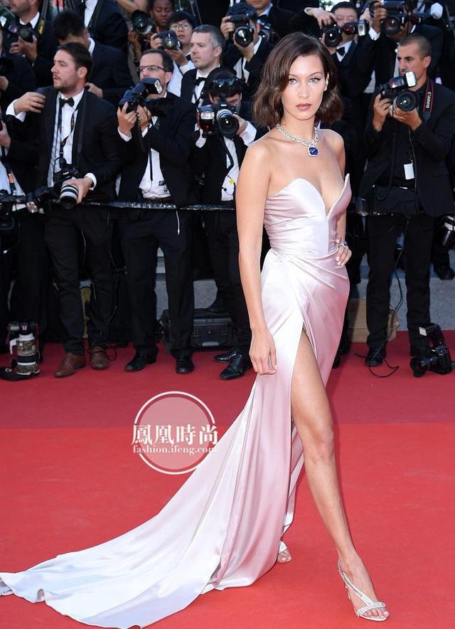 Đẹp tựa nữ thần, Phạm Băng Băng vẫn bị đàn em lấn át ở LHP Cannes - Ảnh 4.
