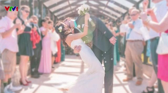 Nụ hôn vòng quanh thế giới của cặp đôi sống xa nhau hàng nghìn km - Ảnh 3.
