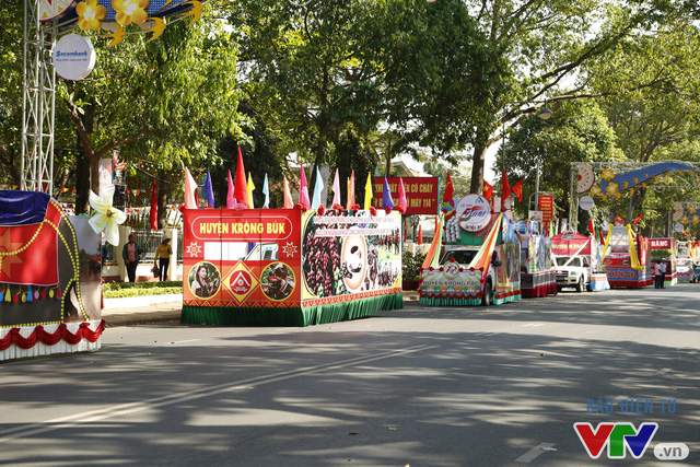 Những hình ảnh đậm sắc văn hóa Tây Nguyên tại Lễ hội đường phố Buôn Ma Thuột 2017 - Ảnh 3.