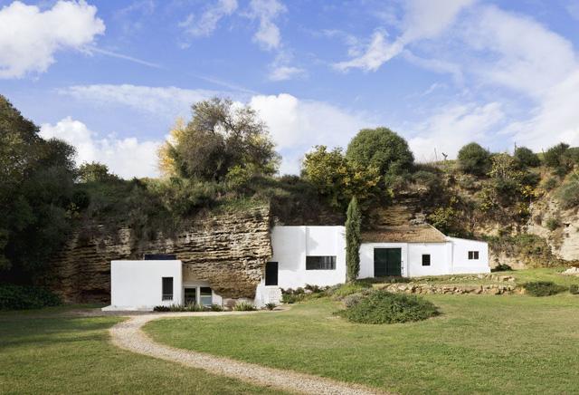 Độc đáo căn nhà hang ở khe núi tại Tây Ban Nha - Ảnh 1.