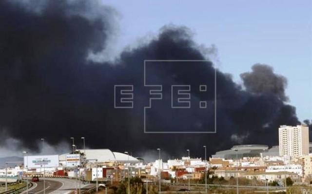 Cháy nhà máy hóa chất ở Valencia, Tây Ban Nha - Ảnh 2.
