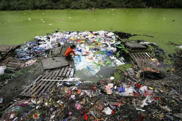 8 triệu tấn rác thải nhựa đổ ra đại dương mỗi năm - Ảnh 1.