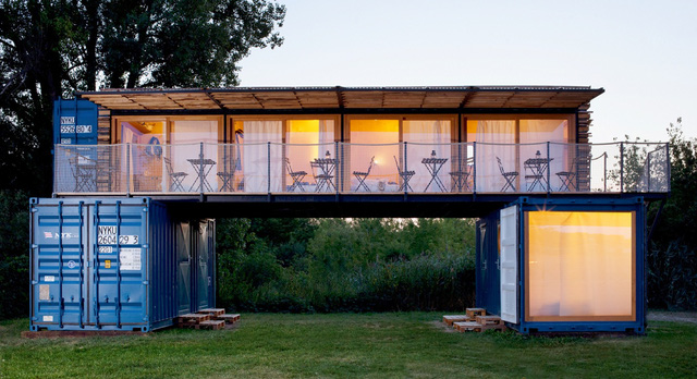 Khách sạn độc đáo được hô biến từ ba chiếc container - Ảnh 3.