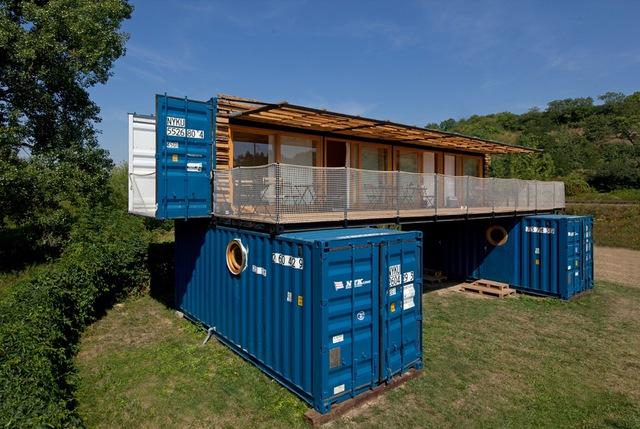 Khách sạn độc đáo được hô biến từ ba chiếc container - Ảnh 1.