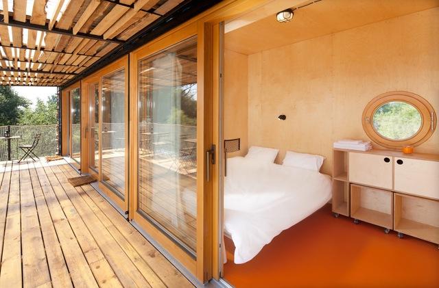 Khách sạn độc đáo được hô biến từ ba chiếc container - Ảnh 5.