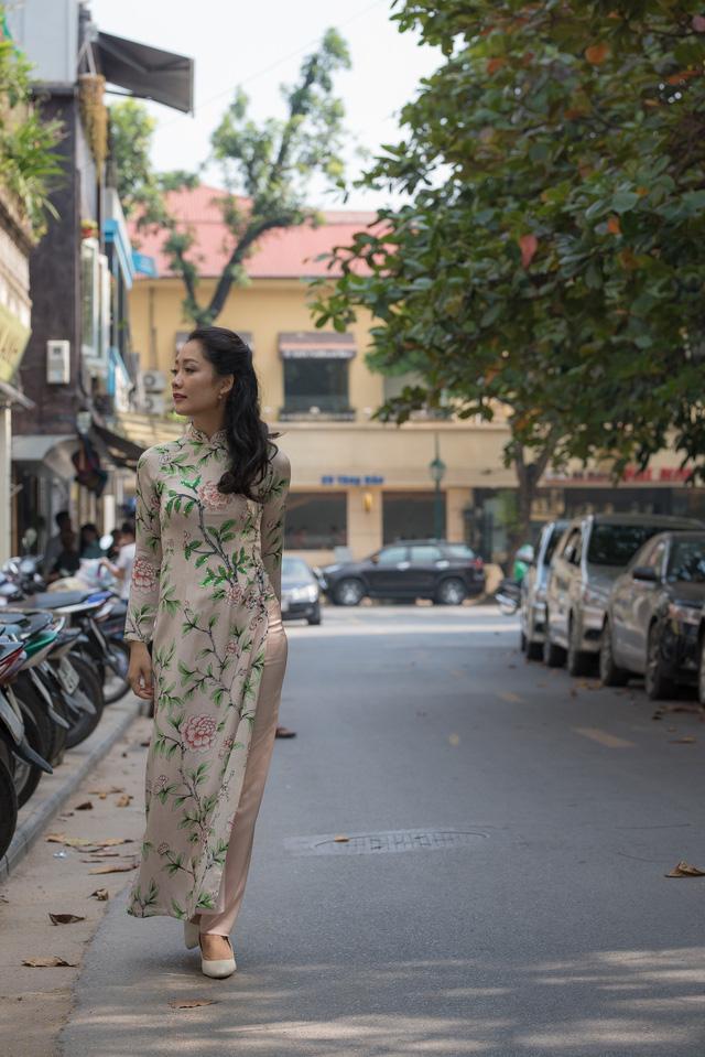 BTV Thu Hà khoe dáng chuẩn với áo dài - Ảnh 4.
