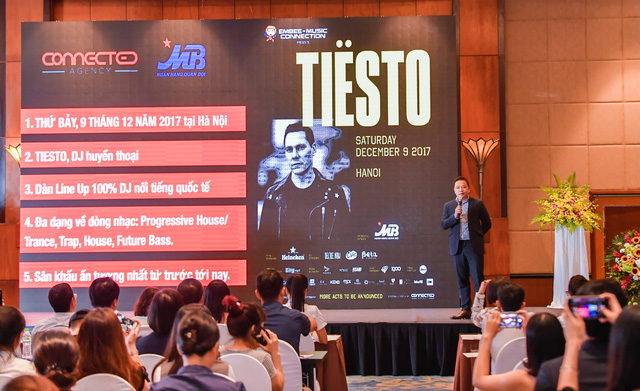 Hé lộ những yêu cầu oái oăm của huyền thoại Tiësto khi sang Việt Nam - Ảnh 1.