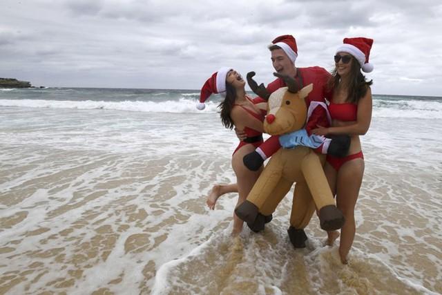 Ngắm nhìn những thiếu nữ xinh đẹp đón Giáng sinh trên khắp thế giới - Ảnh 1.