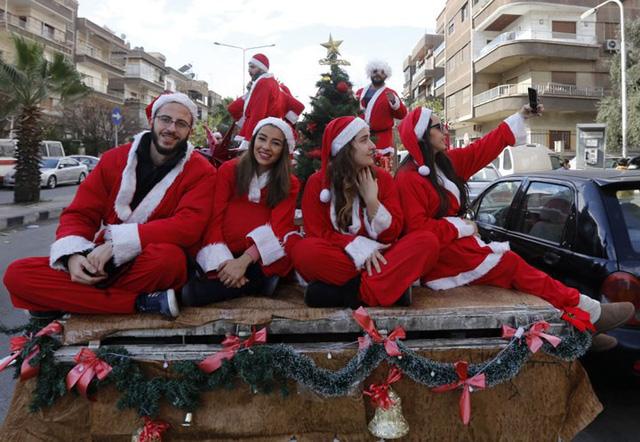 Ngắm nhìn những thiếu nữ xinh đẹp đón Giáng sinh trên khắp thế giới - Ảnh 3.
