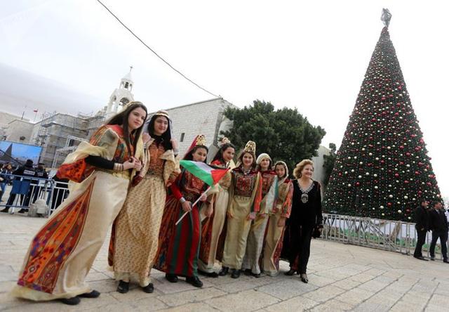 Ngắm nhìn những thiếu nữ xinh đẹp đón Giáng sinh trên khắp thế giới - Ảnh 6.