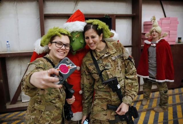 Ngắm nhìn những thiếu nữ xinh đẹp đón Giáng sinh trên khắp thế giới - Ảnh 7.