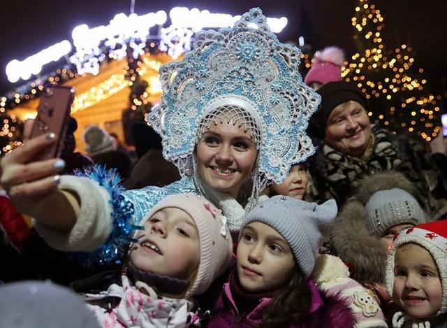 Ngắm nhìn những thiếu nữ xinh đẹp đón Giáng sinh trên khắp thế giới - Ảnh 9.