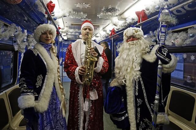 Ngắm nhìn những thiếu nữ xinh đẹp đón Giáng sinh trên khắp thế giới - Ảnh 10.
