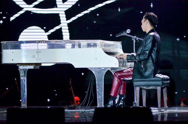 Giọng hát Việt nhí: Soobin Hoàng Sơn vừa hát vừa chơi piano, phiêu hết mình cùng trò cưng - Ảnh 1.