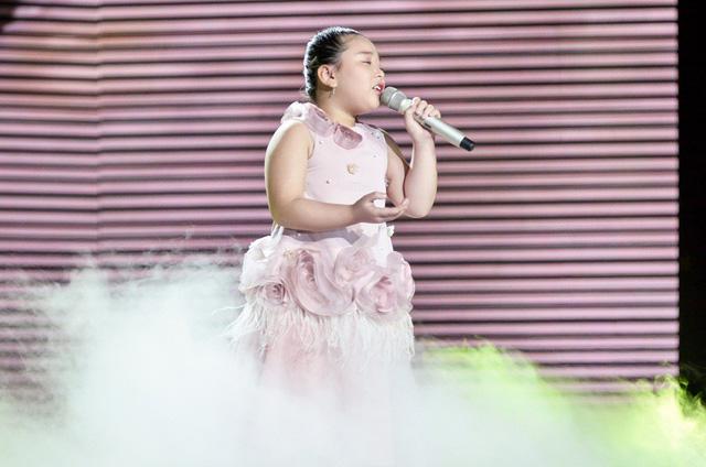 Hát Em gái mưa phiên bản mới, học trò của Hương Tràm da diết cảm xúc về mẹ - Ảnh 2.