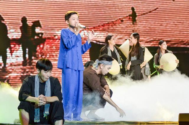 Hát Em gái mưa phiên bản mới, học trò của Hương Tràm da diết cảm xúc về mẹ - Ảnh 3.