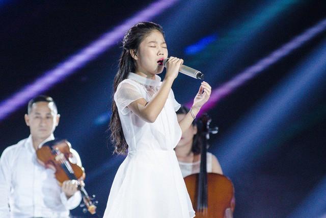 Hát Em gái mưa phiên bản mới, học trò của Hương Tràm da diết cảm xúc về mẹ - Ảnh 1.