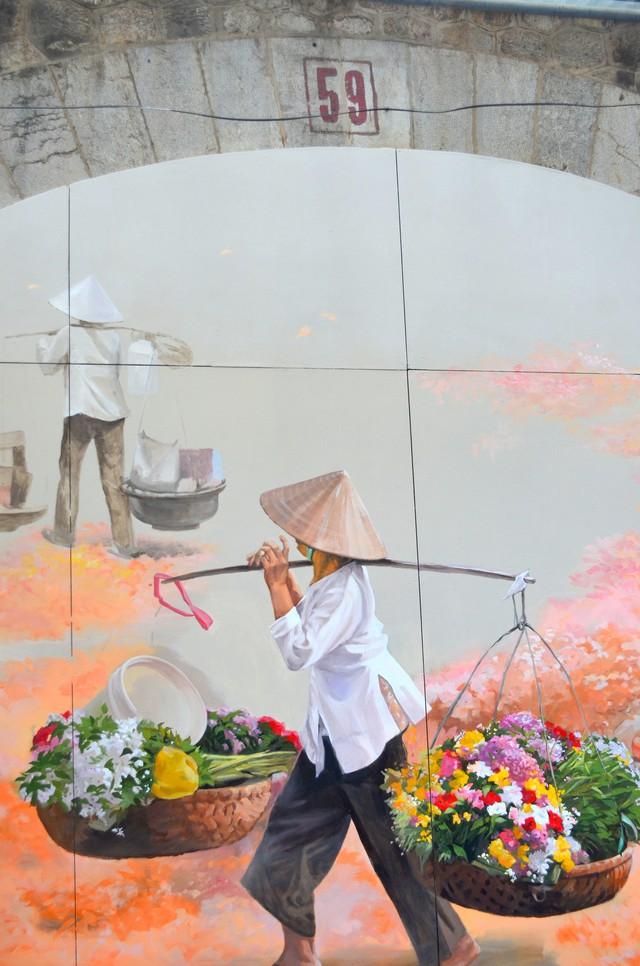 Chiêm ngưỡng những bức bích họa đầu tiên trên phố Phùng Hưng - Ảnh 3.