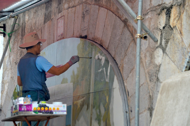 Chiêm ngưỡng những bức bích họa đầu tiên trên phố Phùng Hưng - Ảnh 6.