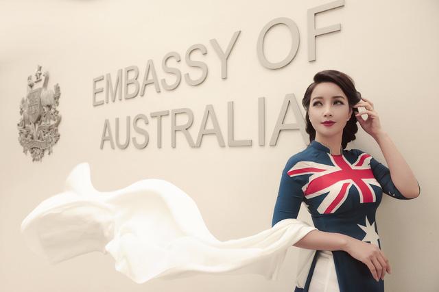 NTK Đỗ Trịnh Hoài Nam mang nón lá dát vàng quảng bá áo dài tại Australia - Ảnh 1.