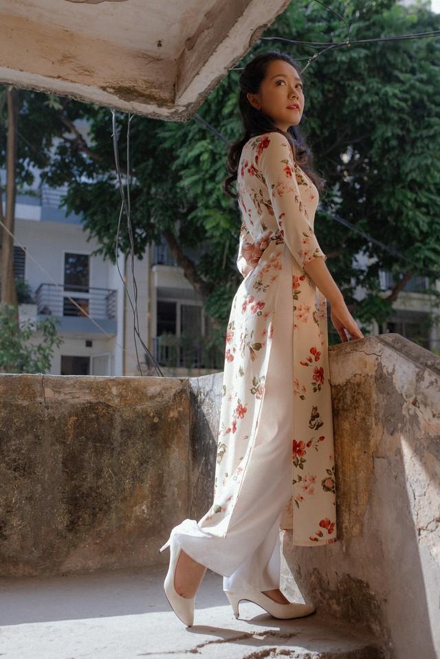 BTV Thu Hà khoe dáng chuẩn với áo dài - Ảnh 2.