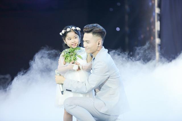 Giọng hát Việt 2017: Hotboy Ali Hoàng Dương khiến khán giả rớt nước mắt khi hát về trẻ em - Ảnh 2.