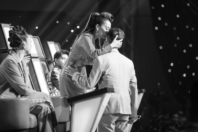 Giọng hát Việt 2017: Hotboy Ali Hoàng Dương khiến khán giả rớt nước mắt khi hát về trẻ em - Ảnh 4.