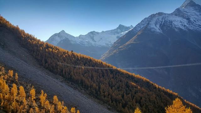 Khai trương cầu treo đi bộ dài nhất thế giới ở Thụy Sĩ - Ảnh 3.