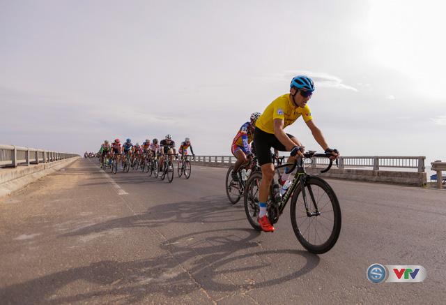 ẢNH: Những khoảnh khắc ấn tượng chặng 11 Giải xe đạp quốc tế VTV Cúp Tôn Hoa Sen 2017 - Ảnh 8.