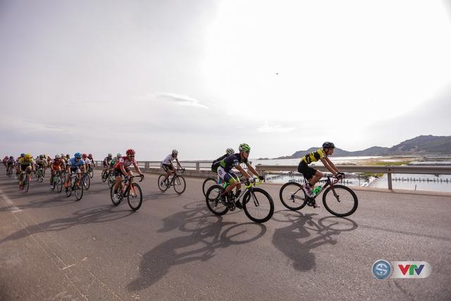 ẢNH: Những khoảnh khắc ấn tượng chặng 11 Giải xe đạp quốc tế VTV Cúp Tôn Hoa Sen 2017 - Ảnh 7.
