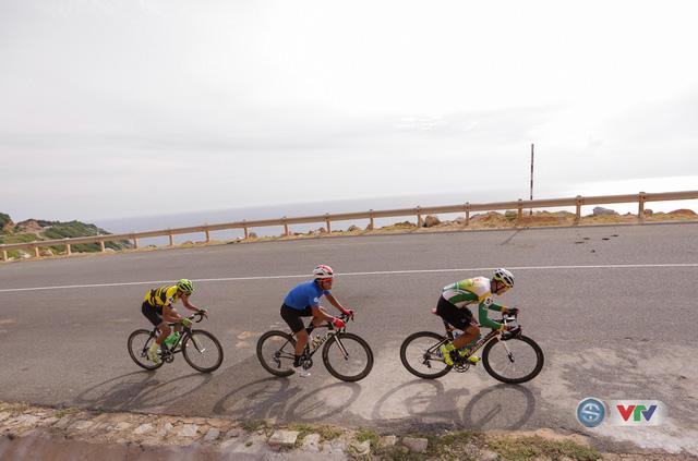 ẢNH: Những khoảnh khắc ấn tượng chặng 11 Giải xe đạp quốc tế VTV Cúp Tôn Hoa Sen 2017 - Ảnh 9.