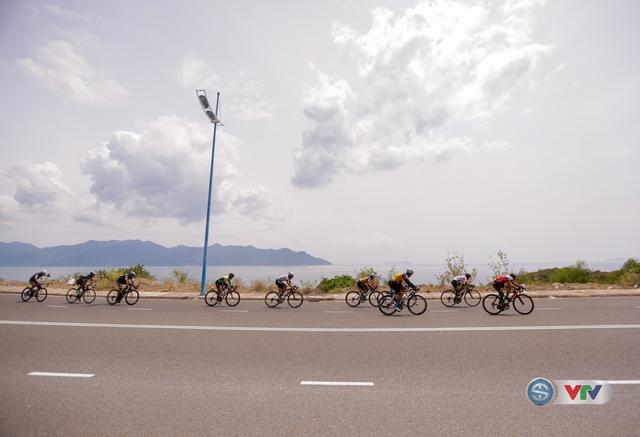 ẢNH: Những khoảnh khắc ấn tượng chặng 11 Giải xe đạp quốc tế VTV Cúp Tôn Hoa Sen 2017 - Ảnh 10.
