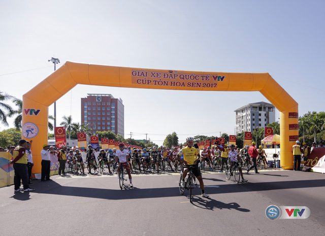 ẢNH: Những khoảnh khắc ấn tượng chặng 8 Giải xe đạp quốc tế VTV Cúp Tôn Hoa Sen 2017 - Ảnh 5.