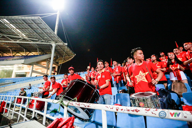 ẢNH: Rực rỡ sắc màu CĐV Việt Nam trước trận gặp ĐT Afghanistan - Ảnh 9.