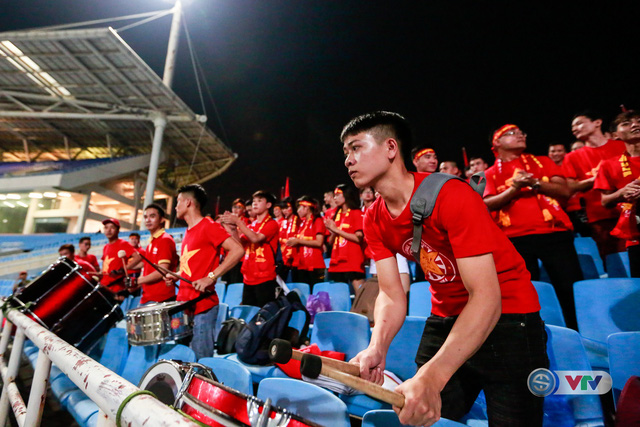 ẢNH: Rực rỡ sắc màu CĐV Việt Nam trước trận gặp ĐT Afghanistan - Ảnh 8.